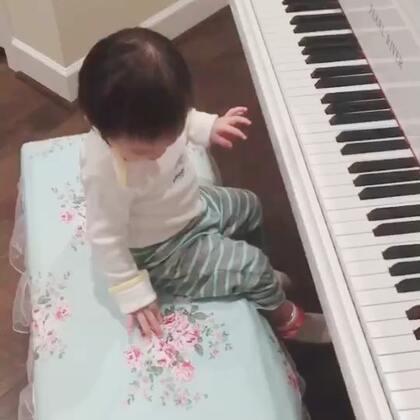 谁趁妈妈不在的时候乱弹琴?😂😂爸爸说:好棒!她还开心到飞😆😆(不知不觉,下个星期,丸子🍡就有1岁➕4个月啦…真的好快啊!)