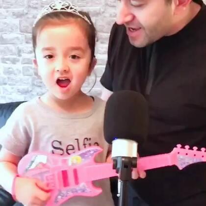 爸爸有空陪涵涵练歌,爸爸英语不错,教教你😘👍大家听出什么歌了吗?😄#宝宝##混血唱歌#