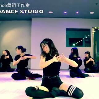 @SoloDance-Wing @🌺🌺Ada🌺🌺 我们身材火爆到要爆炸💥的女神小七老师带领我们韩舞班学员,记录了一下你们的点滴。简直美到另小编窒息。就像宣美一样让小编大爱的好身材。此处无限哈喇子😄😄#宣美gashina##我要上热门@美拍小助手##舞蹈#封面(害羞😳)