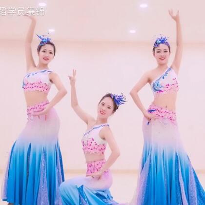 谁花衣飞舞,惊艳了红尘,冉起一地往事如烟。#单色舞蹈#石璨导师原创#中国舞#《水之灵》,➕微信danse68让小编带你们一起感受#傣族舞#的温婉灵动与大气活泼。🌹🌹