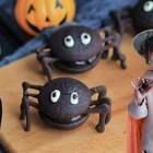 【巧克力派】有多少小伙伴爱吃巧克力的?我家宝贝就是其中一位,超爱巧克力,所以这款巧克力派深受她的喜爱,既然是万圣节,稍微变个模样衬托气氛吧!#万圣节搞怪食谱##宝妈享食记##美食#本期福利就给大家送巧克力吧!从点赞+转发+评论中抽3名小伙伴,每人送巧克力一盒。爱吃巧克力的话就告诉我吧!