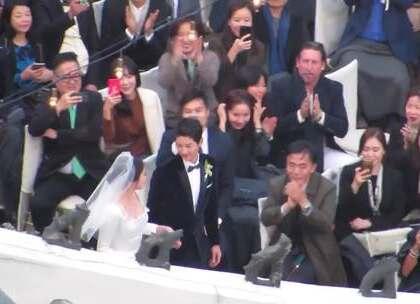 #宋仲基宋慧乔婚礼#这才是《太阳的后裔》大结局啊!他牵着她的手,在众人注目下走向婚礼现场,啊啊啊快感动哭了!❤