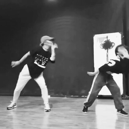 带我的小徒弟@🌸🌸冰冰-Sarah👑 一起跳了之前编的舞……只在武汉教过一次、发现后面编的太满跳的太累、所以就先跳到这里,后面改了以后再发完整版……主要很喜欢这首歌的风情感觉……我家冰冰又进不拉……以后会更好我很欣慰……#舞蹈##原创编舞##爱舞蹈爱生活#