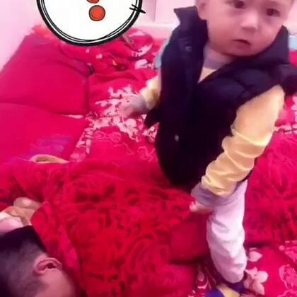 爸爸晕倒了我们俊俊好紧张呀#宝宝##游戏#