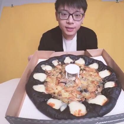 这是一条吃魔法黑披萨的初体验广告视频~~😘#吃秀# 〔抽奖在微博:白眼先生JaySin 〕#白眼初体验# (评论里抽一个送披萨)