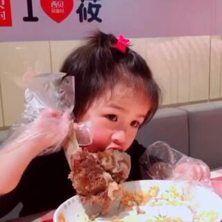 #吃秀##日志#今天下午的日常,晚上连吃了两顿,哈哈,也是无敌了~ 小侄女的吃播好像比我更有食欲啊!