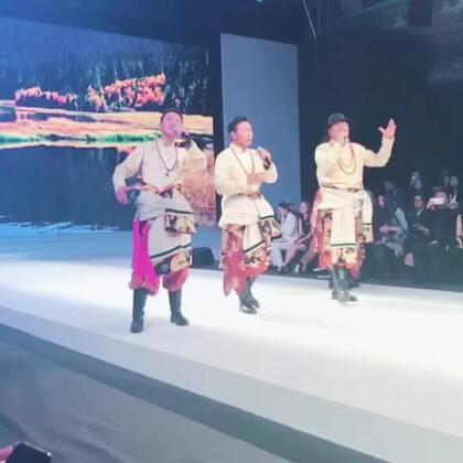 今天很开心来看好朋友马艳丽的秀,今年的主题是「香格里拉」,所有的衣服都结合了时尚和民族的元素,真的太美啦!而且终于有男装啦!虽然我没有去过云南,但是今晚的秀像是带我走进了香格里拉!相信明年一定会更精彩!期待!#中国国际时装周#
