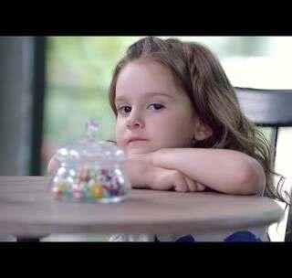 """糖果玩具都搞不定的小萝莉居然被""""无言""""的他融化#宝宝##明星#"""