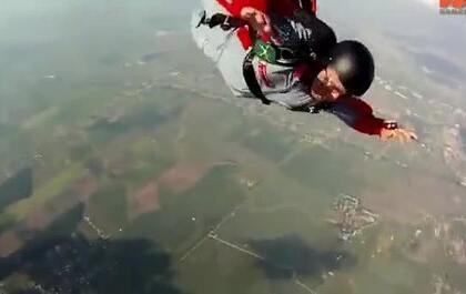 跳伞进入失控的空中旋转,被教练及时搭救捡回小命