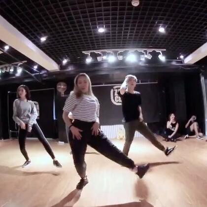 小新老师的最新课堂视频 !@Sugar万晴心 这次是很性感的Jazz! 小新脱去以往的汉子气息简直美窒息! 你们觉得呢 😆😆#嘉禾舞社##舞蹈#
