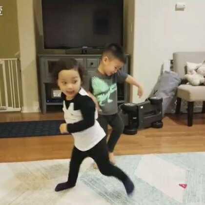两岁的孩子开party真难懂😂😂😂#萌宝宝##宝宝成长日记#