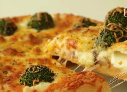 天气渐渐变冷,自己焗一个香喷喷热乎乎的芝士培根披萨如何?连边角都藏着浓香的芝士,皮薄料多还拉丝😚,这就是我想要的披萨有呀😍~再也不用去必胜客吃啦!自己做好吃又卫生!#美食##我要上热门##披萨#