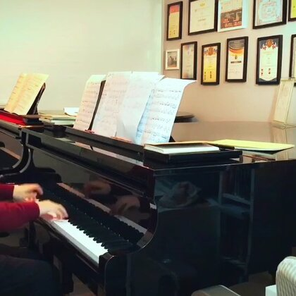 我在写一个关于钢琴教学的手指练习时,想到的一个带附点的练习。暂时还未弄成谱子, 你们听的出来音的朋友可以直接记下来😬😬