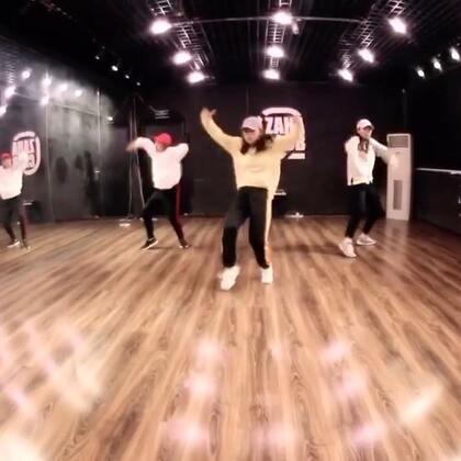 面包老师的又一个视频哦! 😝😝@Anpanman-Me 依然是自己的编舞!这次是Swag的感觉! 小伙伴们点赞起来哈 ! @嘉禾舞社雍和宫店 #舞蹈##嘉禾舞社#