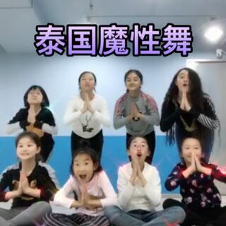 #泰国魔性舞# 周六课间十分钟 带小公主们来打卡 😜#十万支创意舞##有戏#