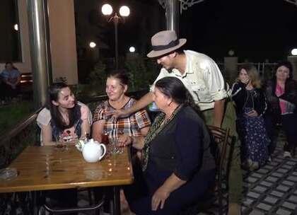 【阿塞拜疆人的小生活】阿塞拜疆中西部的一小城市,夜晚音乐响起,男女老少跟着节拍舞动起来,应景之下,雷探长想邀请一位当地美女跳舞,能否如愿呢?#我要上热门##旅游##探险#
