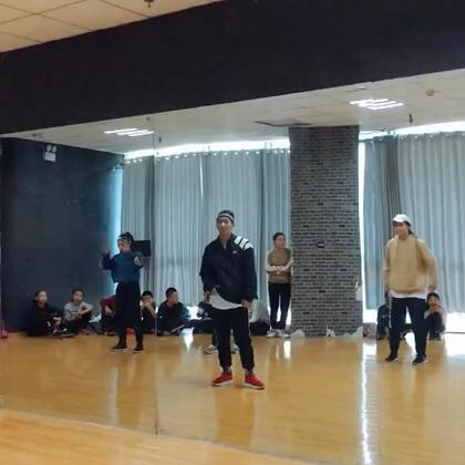 #King Soul# 周末课堂记录 复习了 之前成都舞邦学习的两个片段 brittnie 和龙菲的两个大 hipa 都是跳起来爽到要断气的舞 哈哈哈 #音乐##舞蹈#