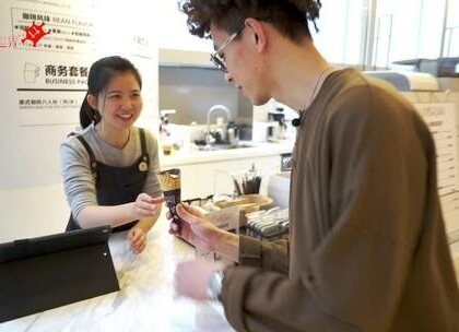 因为店名而引出的一个问题:你现在最想做的一件事是什么,大家的回答居然都是.... U乐国际娱乐:Sam Smith - Baby, You Make Me Crazy 场地:上海来福士商务楼由心咖啡 上衣:STAMPD 袜子:ERDEM X H&M 裤子:Jun ware Lab.