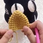 猫咪帽子教程-4#手工#黑色成品猫咪帽子,猫咪耳朵一共钩了8圈,如果喜欢耳朵更长一点的话可以继续不加不减多钩几圈都是可以的😊需要毛线和编制工具的小伙伴看主页哦😊