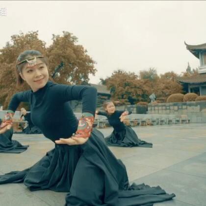 女生蒙古舞群舞表演,舞姿细腻真挚,有没有想到草原驰骋的感觉呢~#十万支创意舞##运动#咨询舞蹈,➕微信danse112吧~