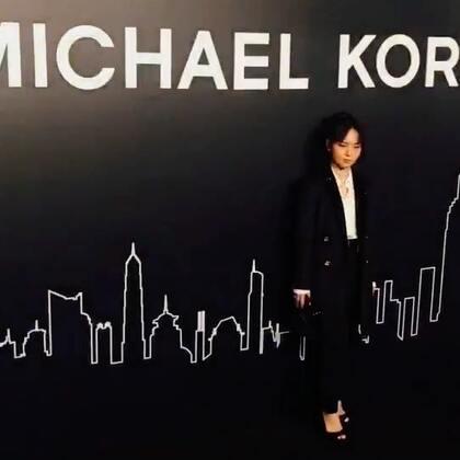周笔畅亮相Michael Kors 红毯,笔笔的西装造型酷帅美,而且她今晚会献唱哦~#周笔畅#