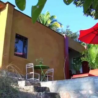 #旅行#?? Jalisco? 墨西哥哈利斯科Verana精品山野酒店?位于太平洋海岸,?只能通过坐船,?再骑骡子到达。可俯瞰丛林的茅草屋、海景按摩池、纱帐遮顶的大床以及美味的墨西哥大餐。酒店避免使用碳排放高的电器,尽可能使用蜡烛照明,环保理念可见一斑! ?#馋客美食旅行家##馋嘴之旅#