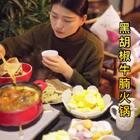 番茄黑胡椒牛腩火锅~最拿手的火锅之一,真的超好吃😋先吃肉再涮菜,从下午忙活吃到晚上,最后停电了😂不过也不影响吃火锅,就是没人洗碗了😍回家喽~#美食##小白亲子厨房#