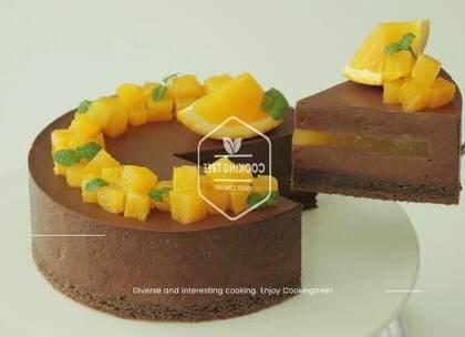 有吃过香橙巧克力慕斯蛋糕吗?两样觉得不太搭的东西,配合起来竟意外的高大上。鲜甜微酸的果肉,入口是满满的清香,伴着巧克力慕斯滑腻的口感,☺请再给我来一口!😍#美食##甜品##我要上热门#