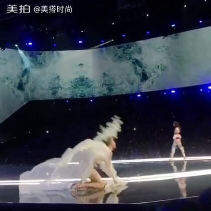 奚梦瑶在维秘T台摔倒了,却赢来全世界为她打Call!!#维多利亚的秘密#