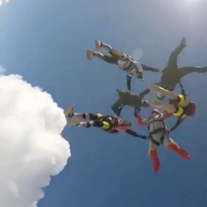 踩在云彩上是什么感觉,想知道吗?那就来学跳伞吧,高空跳伞距离我们并不遥远,并非高不可及,虽然确实需要一些钱和假期,还有一点点的勇气,但是国内基地学跳伞已经很方便了。