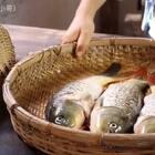 #乡间美食#弟弟将鱼笼放藕田里,一天后捕到几条藕田鱼,加酸木瓜做成酸辣鱼!#美食##乡村味道#
