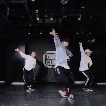 我们的Bobo大帅哥的编舞视频来啦! @Evil-bobo 这次和两位小公举合作哦~可以说每只编舞的感觉都不一样,你们喜欢这种Feel吗~😎😎@嘉禾舞社国贸店 #舞蹈##嘉禾舞社#