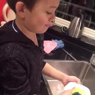 哥哥现在都要求帮忙做家务啦!#混血宝宝##宝宝##子骞的日常#