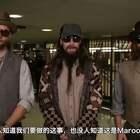 "Jimmy Fallon和Maroon 5 在纽约地铁站乔装打扮卖唱,最后肥伦和骚当露出真容""削个椰子皮""唱了起来,地铁里的人也是相当惊喜相当High了。。。#音乐#"