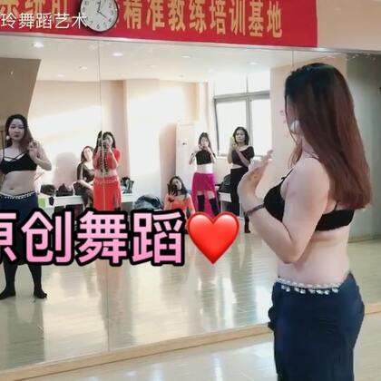 """baladi的那种享受""""自我""""的美,真的让我在舞蹈过程中很享受❤️❤️#舞蹈#这支舞是秀玲老师临时为2017.11期冬季教练班的学员编排的。对于才接触肚皮舞2个星期的她们来说真的会不简单,但也希望她们能从中受到些启发🔥🔥#肚皮舞#"""