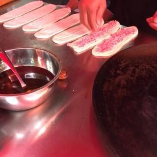 #美食##锅盔##小吃#原来锅盔做起来这么麻烦,又得摸猪油,又得油炸,还要烤干!我的已经做好了,所以没录完😂