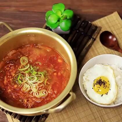 天冷了喝汤是最好不过了!对于朝鲜族人家,辣白菜是秋冬季离不开的食材,用金枪鱼做辣白菜汤,不仅鲜美而且下饭!#美食##地方美食##辣白菜#
