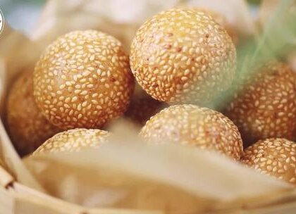 #美食##小吃#外酥内软的麻团, 香甜可口, 好吃还过瘾!