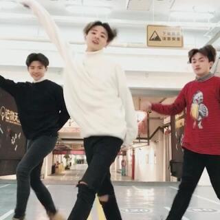 今天带来#最火俄舞##3ar#@Bui_ @陈大轲 哈哈,有曳步舞基础的同学可以拍起来哦~#十万支创意舞#😘