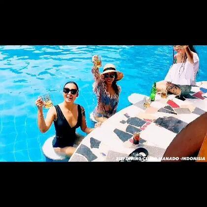十一月的尾巴和美少女们 在印尼美娜多潜水 吃吃喝喝潜水拍照度假是最幸福的事#运动##旅行##潜水# 了解我们的行程搜索微信号晃眼儿旅行