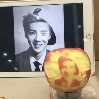 高手在民间!网友在苹果上雕出明星脸~像不像呢?