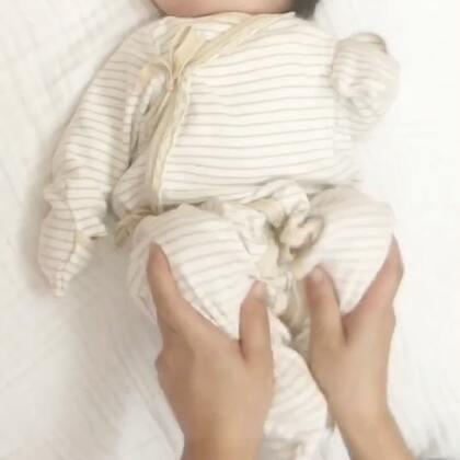 一个动作,让宝宝放屁放得更舒畅…一有空就抓弄Nono…Nono也不管我们了!随我们弄!发自己的呆让别人玩去吧…换尿裤或者宝宝醒的时候可以像视频里那样压下小腿,这是帮宝宝排气的动作!#宝宝##Nono21D##v妈育儿#
