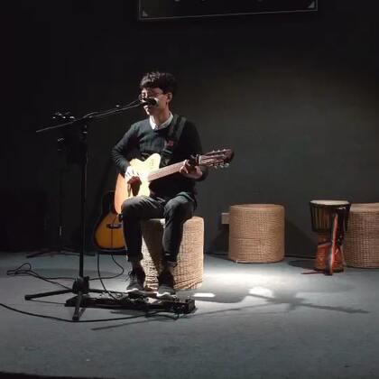 歌名:#让我留在你身边#好久没发了🙊第一次唱这首歌~多多包容😊希望你们会喜欢❤#音乐##吉他弹唱#