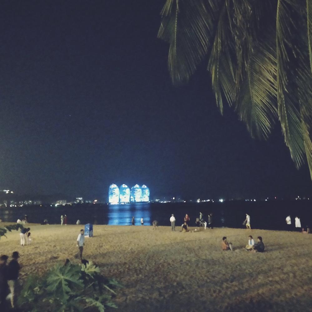 三亚湾海边夜景.