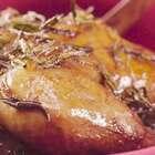 做这道菜还是需要费一些功夫的,揉搓按摩后的全鸡,涂抹上油盐,静待清茶入食。冲泡入味的龙井清茶香味绵长,伴着蒸汽湿润了味蕾的每一个缝隙,也渗入鸡肉的每一丝肌理。与龙井温吞片刻后的鸡肉荤而不腻,出落得更加生动。微信公众号:小羽私厨。#小羽私厨##美食##菜谱#