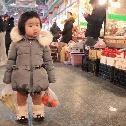 和奶奶逛菜市场,逛吃、逛吃,就长大了。#可爱吃货小萌妞##吃货小蛮#