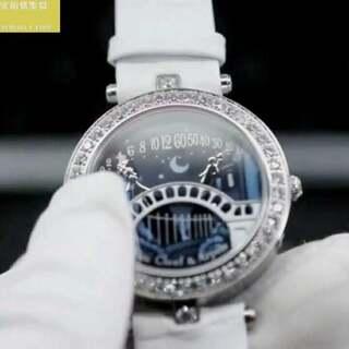 Van Cleef & Arpels梵克雅宝诗意复杂功能腕表系列VCARN9VI00腕表(AISI316L精钢表壳搭配白色意大利小牛皮表带,表圈镶嵌天然水钻,蓝宝石玻璃,原版深蓝色表盘,卡通情侣时,分针,搭载为了亲吻而定制的瑞士石英机芯(非常巧妙的构思),尺寸:37*10毫米)。