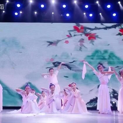 #2017单色少儿优秀舞蹈作品展演#丝绢飞舞,中国舞导师团体带来唯美柔情舞蹈《伊人吟》。#舞蹈##精选#