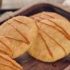 无锡人的早餐,一定是少不了玉兰饼的。初听,以为是种玉兰花做的点心,其实,它是一种用糯米和肉馅做成的饼。据说最早是无锡孙记糕团店在玉兰花开的时节创制的,这才唤名玉兰饼。微信公众号:小羽私厨。#小羽私厨##美食##菜谱#