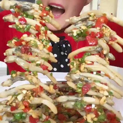 #吃秀##我要上热门##我要上热门@美拍小助手#🔥🔥撸串儿,小的吃起来嫩嫩的,各有优点!下午3个视频晚上不用吃饭了😁😁